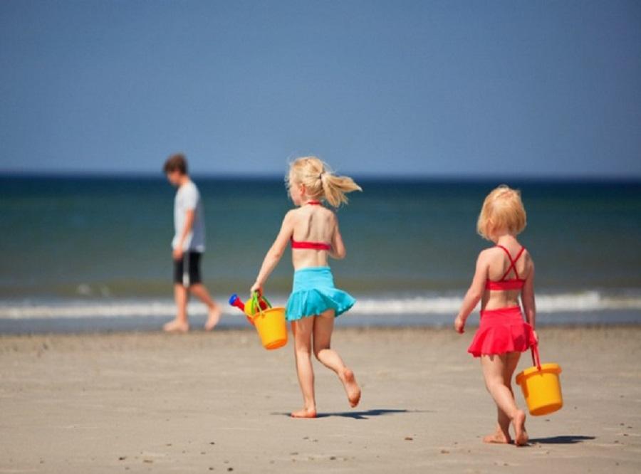 spelen op het strand meisjes